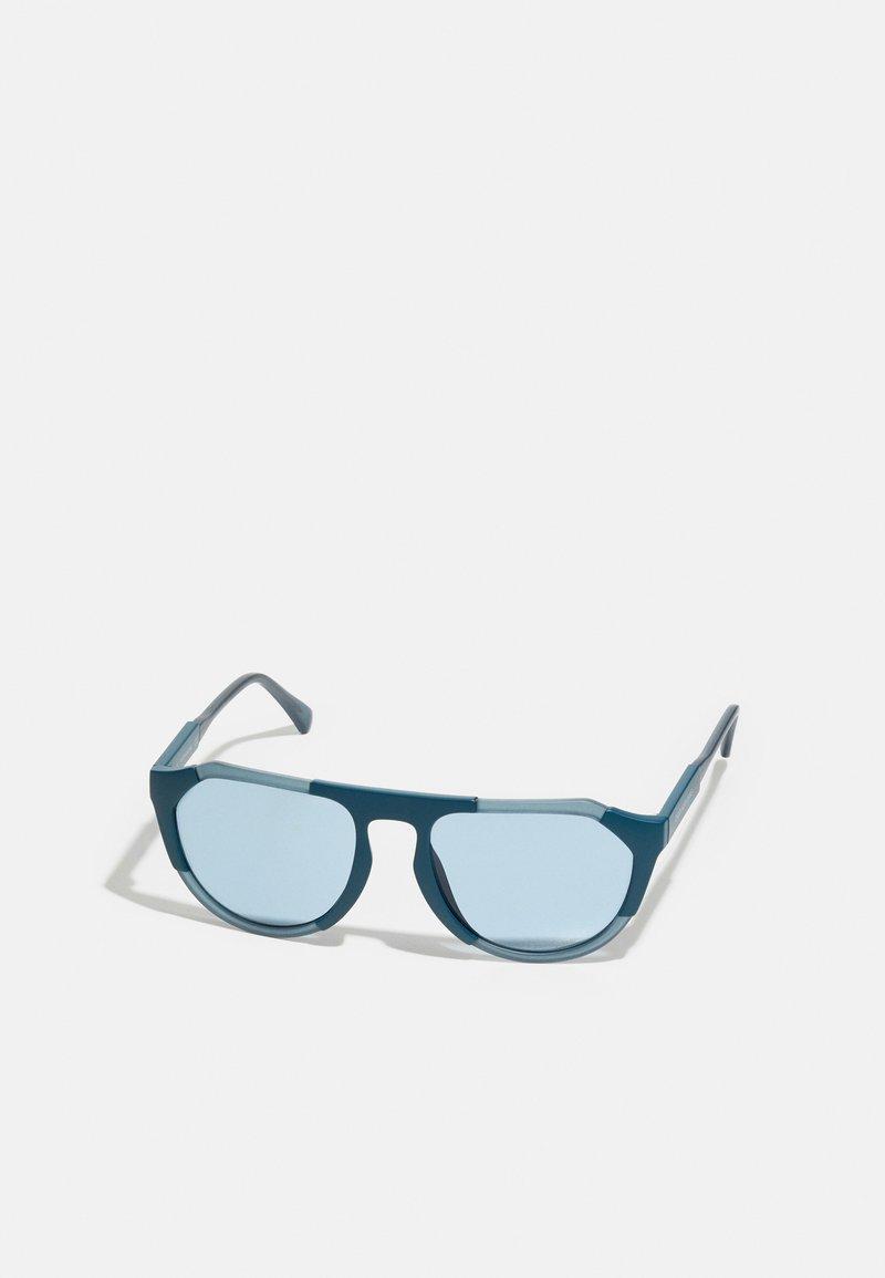 Calvin Klein Jeans - UNISEX - Sunglasses - matte crystal/teal