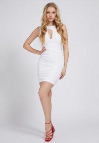 Guess - PATTI DRESS - Shift dress - weiß - 1
