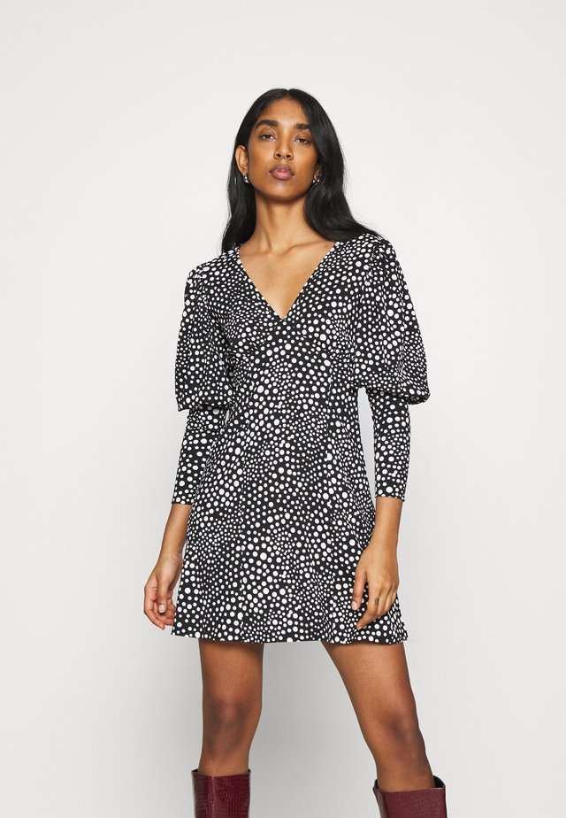 SPOT FULL SLEEVE PLUNGE MINI DRESS - Vestido informal - black/white