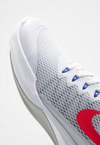 Nike Performance - LEGEND TRAINER - Træningssko - pure platinum/red orbit/racer blue - 5