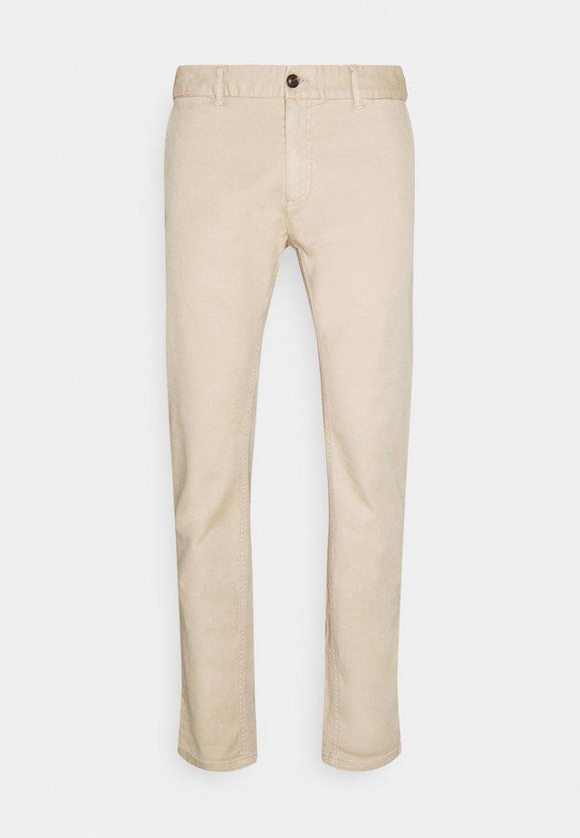 MOTT CLASSIC GARMENT DYED - Pantalones chinos - sand