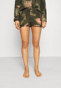 Hunkemöller - SHORT WORLD MAP - Pyjama bottoms - martine olive - 0