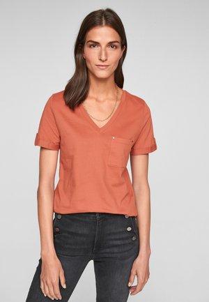 BRUSTTASCHE - Basic T-shirt - burnt coral