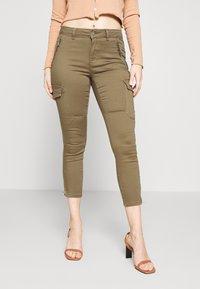 Vero Moda Petite - VMHOT SEVEN CARGO PANT - Pantalones cargo - ivy green - 0