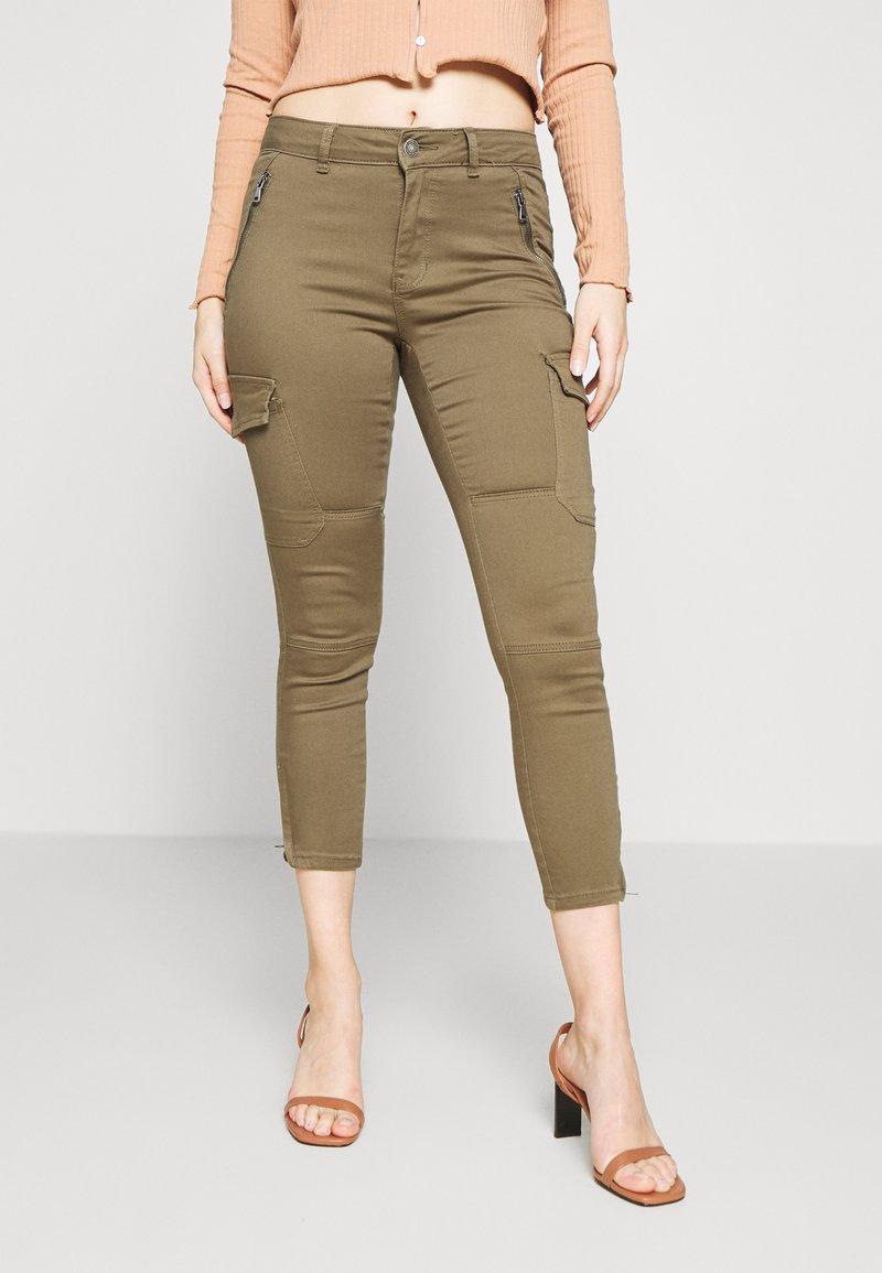 Vero Moda Petite - VMHOT SEVEN CARGO PANT - Pantalon cargo - ivy green
