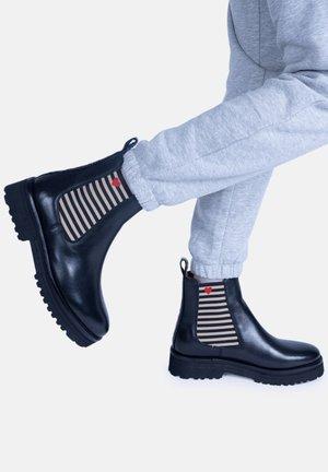 VANESSA MIT STREIFEN UND HERZCHEN - Classic ankle boots - schwarz