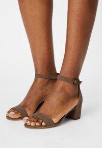NAE Vegan Shoes - IRENE - Sandaalit nilkkaremmillä - beige - 0