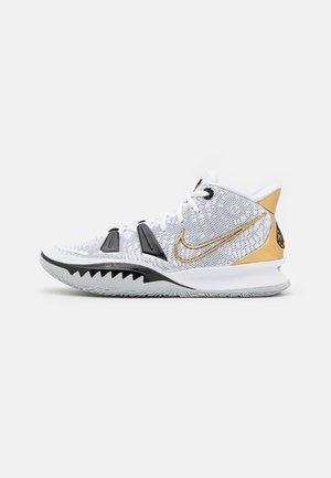 KYRIE 7 - Basketbalschoenen - white/metallic gold/black/grey fog