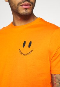 YOURTURN - T-shirt med print - orange - 5