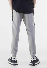Bershka - Pantaloni sportivi - grey - 2