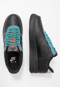 Nike Sportswear - AIR FORCE 1 '07 LV8 - Tenisky - black/obsidian mist/cool grey/blue fury/bright crimson - 1