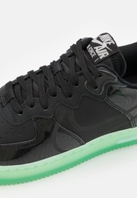 Nike Sportswear - AIR FORCE 1 REACT LV8 AS UNISEX - Matalavartiset tennarit - black/barely green - 5