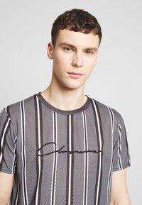 CLOSURE London - STRIPE HERRINGBONE TEE - T-shirt con stampa - grey - 4