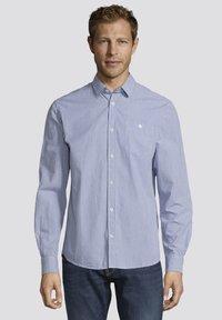 TOM TAILOR - MIT BRUSTTASCHE - Shirt - light blue fil a fil vichy - 0