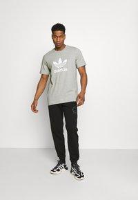 adidas Originals - TREFOIL UNISEX - T-shirt med print - medium grey heather/white - 1
