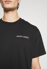 Night Addict - Print T-shirt - black - 6