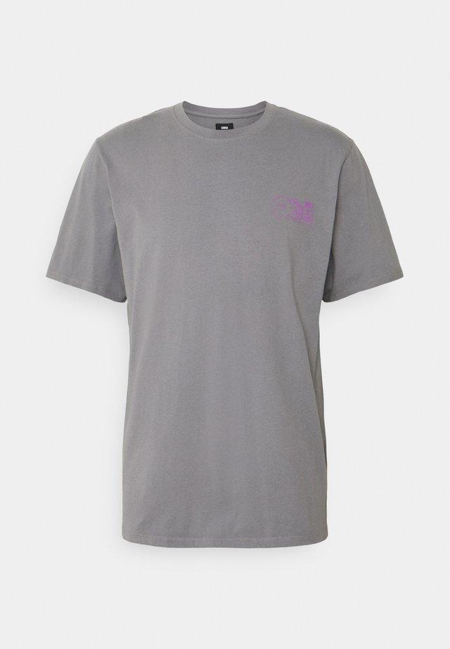 MONDOKORO UNISEX - T-shirt imprimé - frost grey
