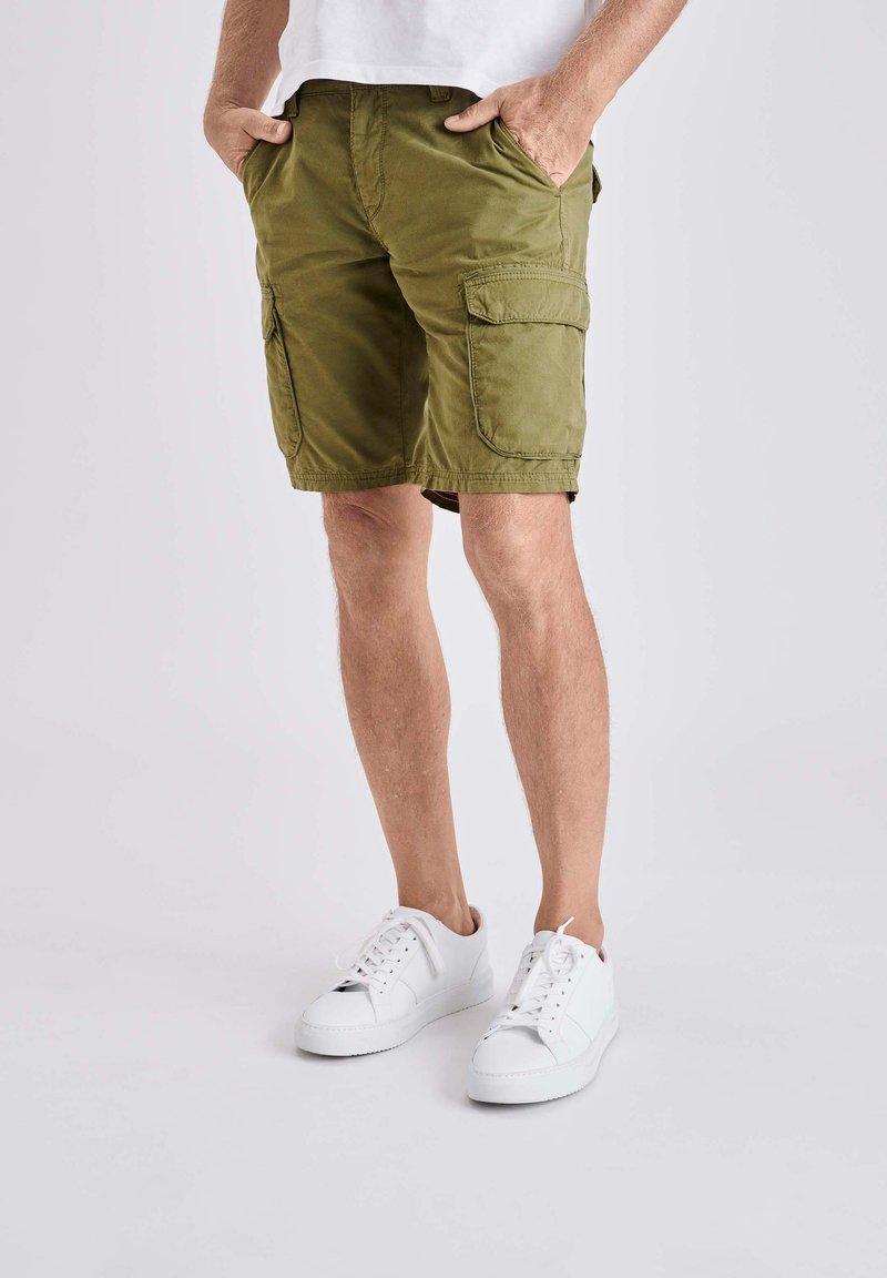 MAC Jeans - Shorts - grün