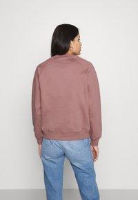 Carhartt WIP - CHASE - Sweatshirt - malaga/gold - 2