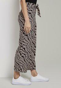TOM TAILOR - MIT BINDEGÜRTEL - Pantalon classique - black wavy design - 2