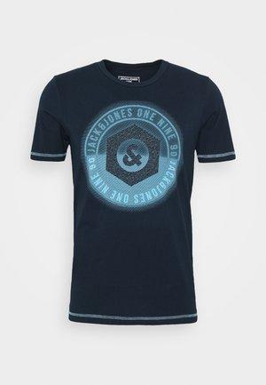JCOLOGO-UNIVERSE TEE CREW NECK - Print T-shirt - dark blue