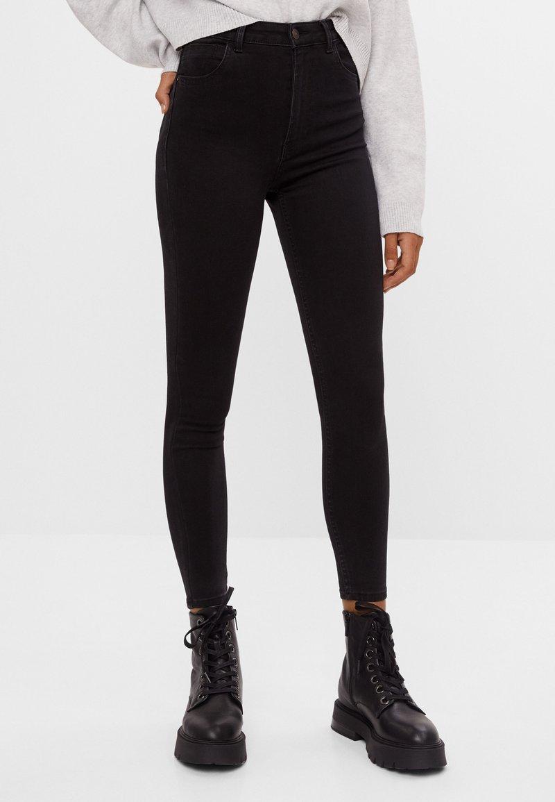 Bershka - MIT SEHR HOHEM BUND  - Jeans Skinny Fit - black