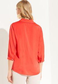 comma - MIT V-NECK - Blouse - milky red - 2