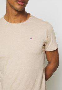 Tommy Jeans - SLIM JASPE C NECK - Basic T-shirt - smooth stone heather - 5