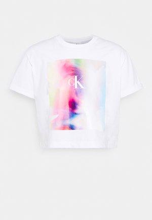 PRIDE MONOGRAM CROP TEE UNISEX - Print T-shirt - bright white