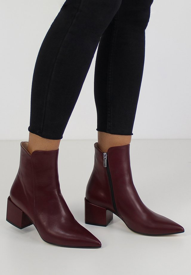 DARIANA - Korte laarzen - bordeaux