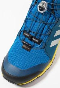 adidas Performance - TERREX MID GORE-TEX - Fjellsko -  blue beauty/grey one/shock yellow - 2