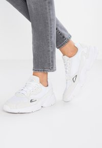 adidas Originals - FALCON - Matalavartiset tennarit - footwear white/crystal white - 0