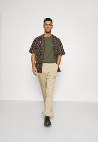 Mennace - PEACOCK PATTERN REVERE SHIRT - Shirt - dark green - 1
