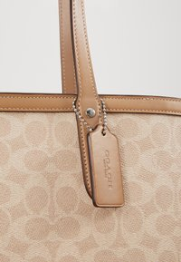 Coach - SIGNATURE CENTRAL TOTE WITH ZIP - Handbag - sand taupe