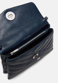 Tory Burch - KIRA CHEVRON TEXTURED CHAIN WALLET - Across body bag - federal blue - 2