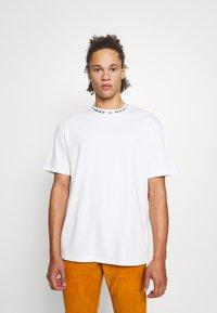 PRAY - DITO UNISEX - Basic T-shirt - off white - 0