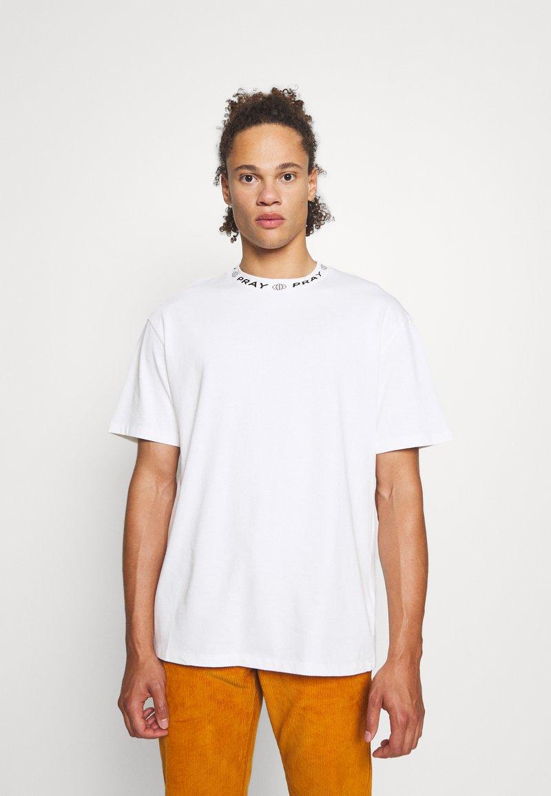 PRAY - DITO UNISEX - Basic T-shirt - off white