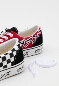Vans - ERA UNISEX - Tenisky - black/racing red/true white - 7
