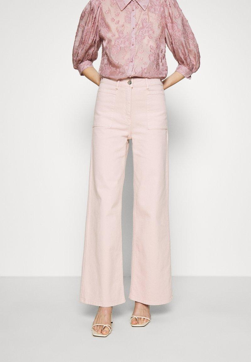 JUST FEMALE - SOLVIG - Jeans a zampa - sepia rose