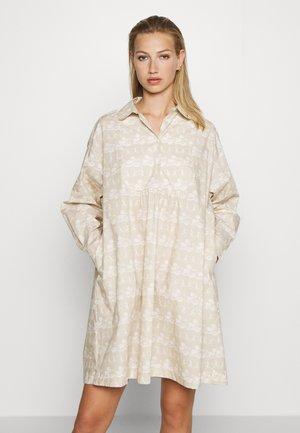 JANICA DRESS - Sukienka koszulowa - beige