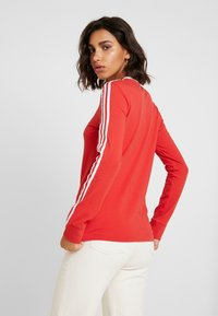adidas Originals - Langærmede T-shirts - lush red/white - 2