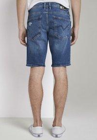 TOM TAILOR DENIM - MIT SCHLÜSSELAN - Denim shorts - random bleached  blue denim - 2