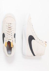 Nike Sportswear - BLAZER MID '77 UNISEX - Höga sneakers - light orewood brown/black/white/total orange - 1