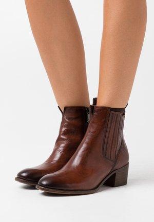 Kotníkové boty - cognac antic