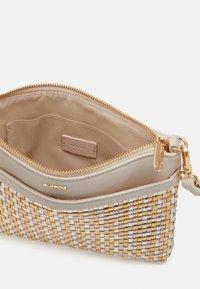 PARFOIS - CROSSBODY BAG - Taška spříčným popruhem - beige - 2