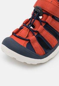 Finkid - PELTO UNISEX - Chodecké sandály - chili/navy - 5