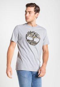 Timberland - SS KENNEBEC RIVER CAMO TREE - Print T-shirt - medium grey heather - 0