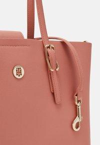 Tommy Hilfiger - HONEY MED TOTE SET - Handbag - pink - 4