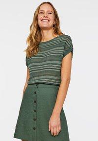 WE Fashion - WE FASHION DAMEN-FEINSTRICKPULLOVER - Print T-shirt - green - 3