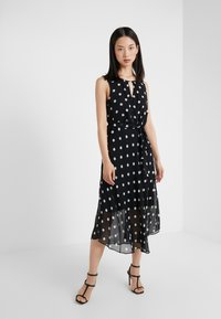 DKNY - KEYHOLE NECK MIDI WITH SELF BELT - Robe d'été - black/cloud - 0